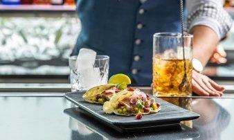 Tuňákové tacos, avokádo, mango, marinované cibulky, Romanesco brokolice, omáčka ponzu