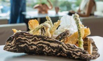 Halloumi a zeleninová tempura, rýžové čipsy, omáčka ponzu