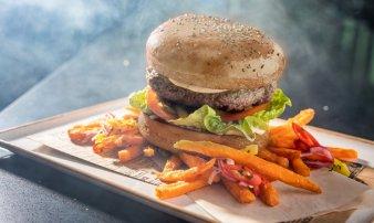 Cloud 9 hovězí burger (200g) servírovaný s hranolkami ze sladkých brambor