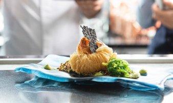 Krevety v křupavé krustě kataifi, gel se zeleným kari, quinoa, salát wakame