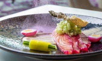 Plátky lososa marinované v červené řepě, okurka, křepelčí vejce, majonéza nori